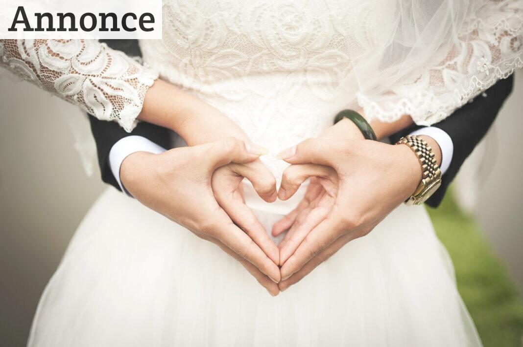Gom og brud danner et hjerte med hænderne